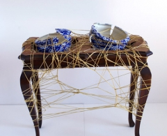 Concha García - cga0017 - Remiendos de oro. Madera, cerámica y cordón de oro. 70 x 42 x 66. 2008